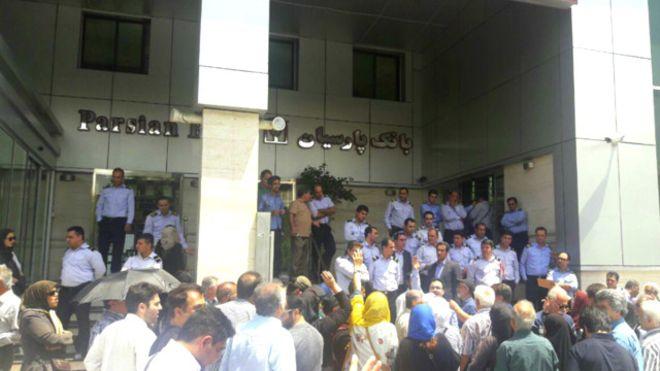 سپردهگذاران موسسه ثامن مقابل بانک پارسیان تجمع کردند