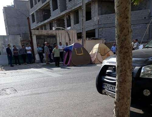 مالباختگان آریانا مقابل ساختمان نیمهکاره پروژه چادر زدند